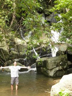 Patrick bij de Huai Kang Pla watervallen