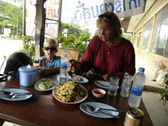 Aan de fried rice in een thais eettentje