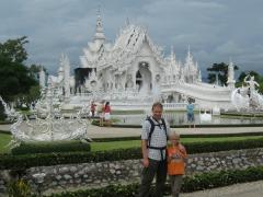 Zeb en Patrick bij de witte tempel in Chiang Rai