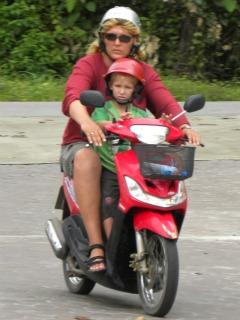 Met Tycho op de scooter op Koh Chang