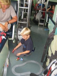 Tycho speelt met zijn treinbaan in de trein