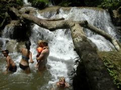 Lekker zwemmen in de waterval