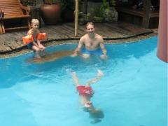Een duik in het zwembad van Villa Cha Cha