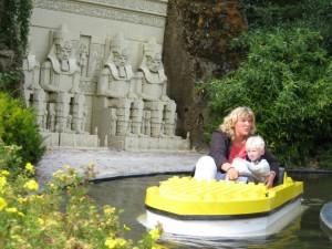 In Legoland kan je met een bootje langs de wereldwonderen