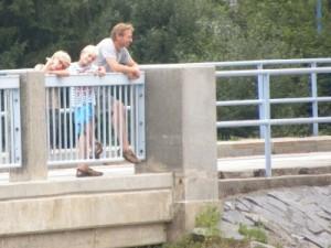 Bewonderen van de stuwdam bij Lipno