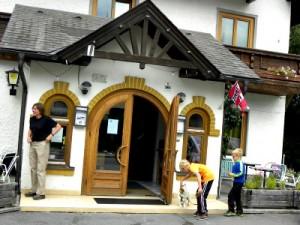 Zeb aait de hond Maxi bij Gasthof Auwirt