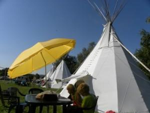 De tipi-tenten van Rent4tent op camping Chvalsiny