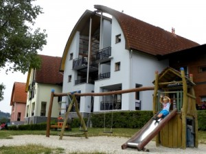 Tycho speelt in een speeltuin bij Landal Lipno Marina