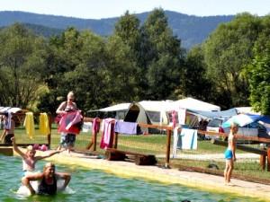 Spelen in het zwembad van camping Chvalsiny