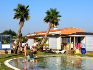 Zwembad tussen de bungalows bij El Delfin Verde