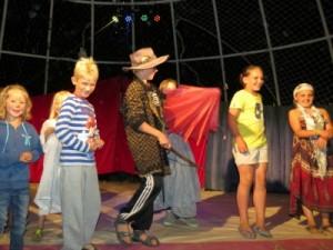 De circus-artiesten tijdens de voorstelling