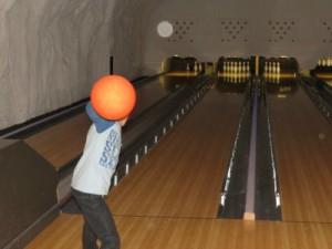 Tycho geeft de bowlingbal een flinke zwieper