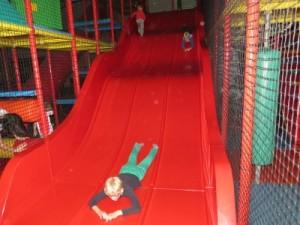 De grote glijbaan bij indoorspeelplaats Harrewar