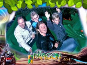 De officiële foto van ons in de drakenachtbaan