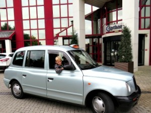 Tycho achter het stuur van de Engelse taxi voor ons hotel in Windsor