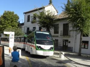 Het toeristen treintje door de Arabische wijk van Granada