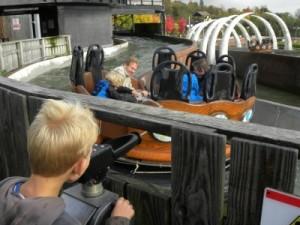 Tycho spuit zijn vader nat in de Viking Splash bij Legoland Windsor