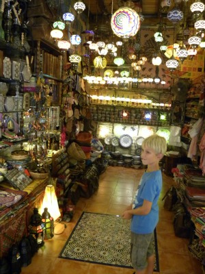 Tycho in een Arabisch winkeltje in Granada