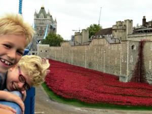 Zeb en Tycho bij de nep-bloemen bij London Tower