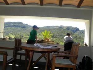 Genieten van het uitzicht in het restaurant van Davall Placa in Capafonts