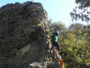 Tycho aan het rotsklimmen in de bergen van Prades