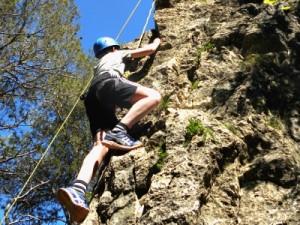 Zeb aan het rotsklimmen in de bergen van Prades