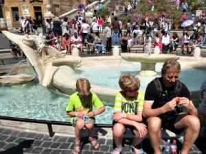 Even rusten bij de fontein van de gezonken boot voor de Spaanse trappen