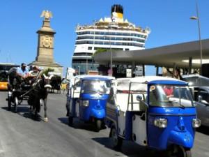 Tuk-tuks en koets voor ons schip in de haven van Palermo