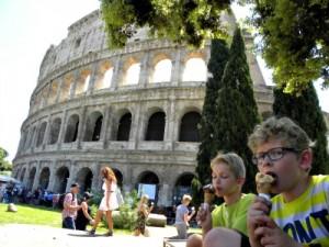 Een ijsje eten onder een boom bij het Colosseum