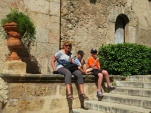 We eten een ijsje op een muurtje in Palma de Mallorca