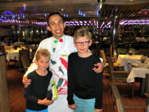 Zeb en Tycho met onze Indonesische ober
