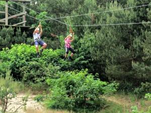 Tokkelen in het klimbos van Duinrell