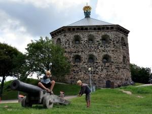 Zeb en Tycho spelen met de kanonnen voor Skansen Kronan