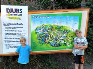 Even poseren voor de plattegrond van Djurs Sommerland