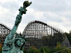 De houten achtbaan Colossos rijdt rond het scheve vrijheidsbeeld