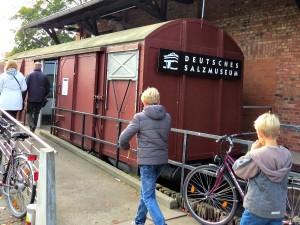 De treinwagon als ingang van het zoutmuseum