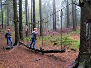 Klimmen in het bos tijdens de sprookjeswandeling