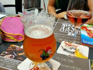 Biertje en wijntje op het terras