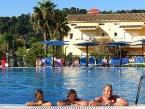 De mannen in het zwembad bij het Aqualand resort
