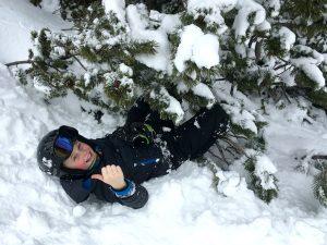 Sam belandt onder een boom