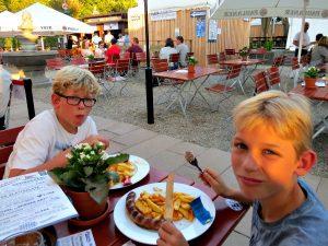 Braadworst eten in de Biergarten in Bingen