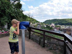 Zeb kijkt door de verrekijker bij Burg Klopp