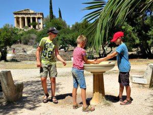Spelen met een fonteintje in de Ancient Agora in Athene