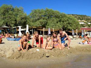 Zandkasteel bouwen op een strand bij Athene