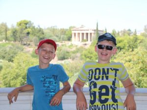 Zeb en Tycho in het museum bij de Ancient Agora in Athene