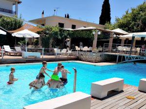 Het zwembad van hotel Olympic Village