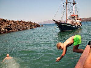 Tycho duikt in de zee bij de warm water bron bij Santorini