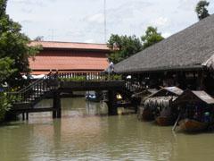 De drijvende toeristenmarkt van Ayuthaya