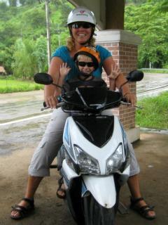 Sabine en Tycho op de scooter