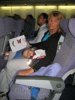 Tycho slaapt in het vliegtuig